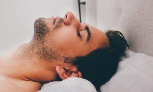 Si quieres tener un descanso completo, no todas las posturas al dormir son buenas