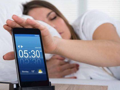 Retrasar de forma repetida la alarma del despertador no nos va a proporcionar más sueño reparador